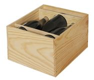 Les bouteilles de vin rouge ont emballé dans la boîte en bois ouverte d'isolement sur le fond blanc image stock