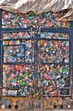Les bouteilles en plastique se situent dans un tas dans une cage en métal Image libre de droits