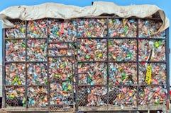 Les bouteilles en plastique se situent dans un tas dans une cage en métal Photo stock