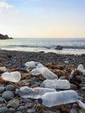 Les bouteilles potables de plastique ont lavé sur le rivage ou la plage atlantique polluant l'environnement en Espagne du nord image stock