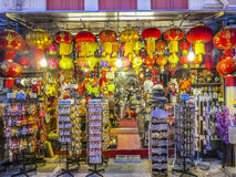 Les boutiques chinoises typiques sont ce soir ouvert à Singapour Image libre de droits