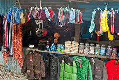 Les boutiques de bord de la route sur le chemin à Nathula passent Photos libres de droits