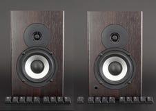 Les boutons de clavier ont marqué l'amour de musique devant le haut-parleur en bois images libres de droits