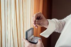 Les boutons de manchette, homme d'affaires habille des boutons de manchette, le matin de marié, busin Image libre de droits