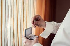 Les boutons de manchette, homme d'affaires habille des boutons de manchette, le matin de marié, busin Image stock