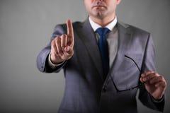 Les boutons de pressing d'homme d'affaires dans le concept d'affaires Image libre de droits