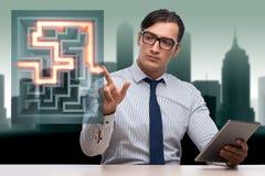Les boutons de pressing d'homme d'affaires dans le concept de labyrinthe Image stock