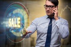 Les boutons de pressing d'homme d'affaires dans le concept de vente Image stock