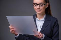Les boutons de pressing de femme d'affaires sur le comprimé Photographie stock libre de droits