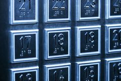 Les boutons des planchers sur le panneau dans l'ascenseur Photo stock