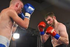 Les boxeurs non identifiés dans l'anneau pendant le combat pour se ranger se dirige Images libres de droits