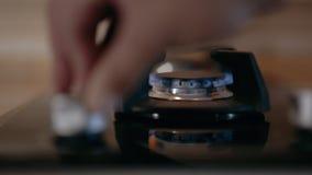 Les brûleurs à cuisinière à gaz se ferment  Allumage électrique banque de vidéos