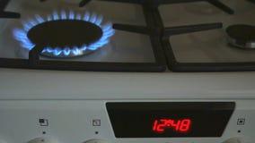 Les brûleurs à gaz un brûlent la flamme bleue sur une cuisinière à gaz banque de vidéos