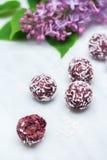 Les branches de fleur et les boules lilas de bonheur sur Carrare marbrent contre Image stock