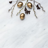 Les branches de saule et d'aulne, les oeufs d'or sur Carrare marbrent contre Images libres de droits