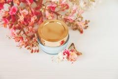 Les branches là blanches et roses de l'arbre de châtaigne avec le pot bleu et d'or de crème sont sur le Tableau blanc, vue supéri Image libre de droits