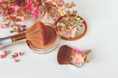 Les branches roses de l'arbre de châtaigne, poudre en bronze avec le miroir Photo stock