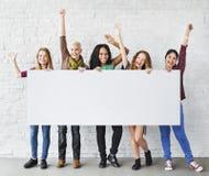 Les bras d'amitié de filles ont soulevé le Ba de l'espace de copie de bonheur de célébration Photos libres de droits