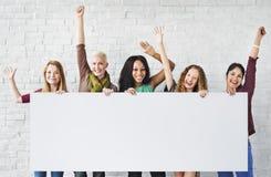 Les bras d'amitié de filles ont soulevé le Ba de l'espace de copie de bonheur de célébration Image stock