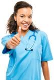 Les bras de sourire de docteur heureux de métis se sont pliés d'isolement sur le blanc  photo stock