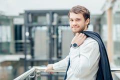 Les bras debout de jeune homme d'affaires sûr ont croisé, sourire, regardant l'appareil-photo Images stock