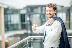 Les bras debout de jeune homme d'affaires sûr ont croisé, sourire, regardant l'appareil-photo Photos stock