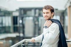 Les bras debout de jeune homme d'affaires sûr ont croisé, sourire, regardant l'appareil-photo Image libre de droits