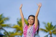Les bras en hausse de marche de port décontractés de sourire de robe douce de jeune belle femme de touristes chinoise asiatique h Photographie stock libre de droits