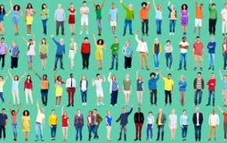 Les bras occasionnels multi-ethniques de célébration d'unité de personnes ont soulevé C Image libre de droits