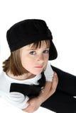 Les bras ont croisé la petite fille dans le chapeau noir Photographie stock libre de droits