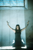 Les bras ont élevé la fille gothique Image libre de droits