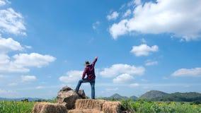 Les bras ouverts d'homme au tournesol font du jardinage dans la détente avec le wor vert Photographie stock libre de droits