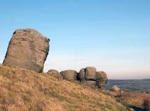 Les bridestones qu'un grand groupe de formations de roche de gritstone dans le paysage de West Yorkshire pr?s todmorden contre la photos stock