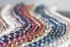 Les brins multicolores de perle en parallèle ondule la composition Image libre de droits