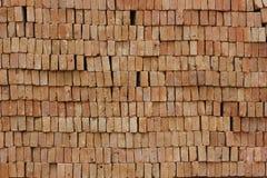 Les briques rouges se sont étendues dans le mur Photographie stock