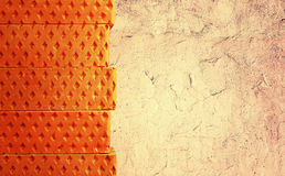 Les briques se sont étendues dans une rangée sur un fond clair Photos libres de droits