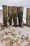 Les brise-lames en bois superficiels par les agents et portés avec des cailloux ont bloqué entre le Th Photographie stock