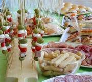 Les brochettes avec les olives vertes de mozzarella de tomate et plus de nourritures aiment Images stock