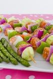 Les brochettes de fruits de mer sont prêtes à aller sur le barbecue. Images stock