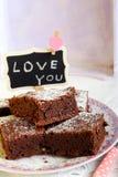 Les 'brownie' de chocolat ont épousseté avec du sucre glace du plat Photographie stock libre de droits