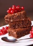 Les 'brownie' empilent et groseille rouge photos libres de droits