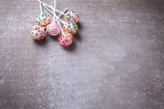 Les bruits colorés de gâteau mettent en boîte sur le fond gris d'ardoise Photographie stock libre de droits