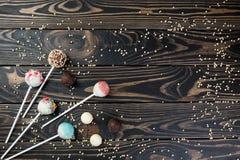 Les bruits colorés de gâteau ont placé sur le fond en bois pour le texte image libre de droits