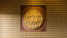 Les buddhas d'or ont aligné le long du mur du temple chinois Photographie stock libre de droits