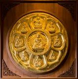 Les buddhas d'or ont aligné le long du mur du temple chinois Image libre de droits