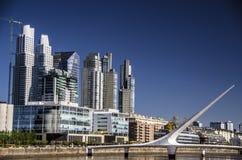 les buenos de l'Argentine d'aires établissant le paysage urbain orientent le puerto de madero Photos stock