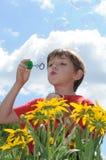 Les bulles de garçon et de savon Photographie stock