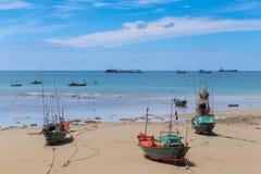 Les bulles de la mer ondule sur la plage Image stock