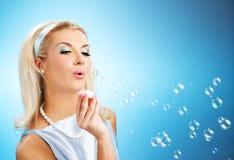 les bulles de soufflement savonnent la femme Image stock