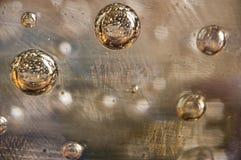 Les bulles jaunes entrent dans l'espace extra-atmosphérique photo libre de droits